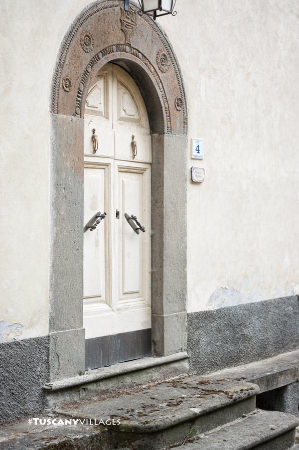 old-white-door-casoli-bagni-di-lucca