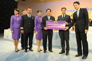 Thai Airways dona un millón de bath a los afectados por las inundaciones en Tailandia