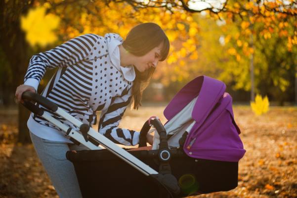 Madre paseando a su bebé