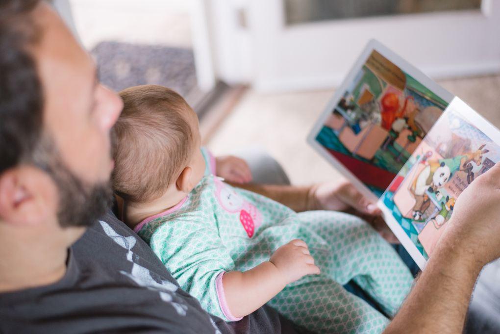 Padre leyendo a su bebé