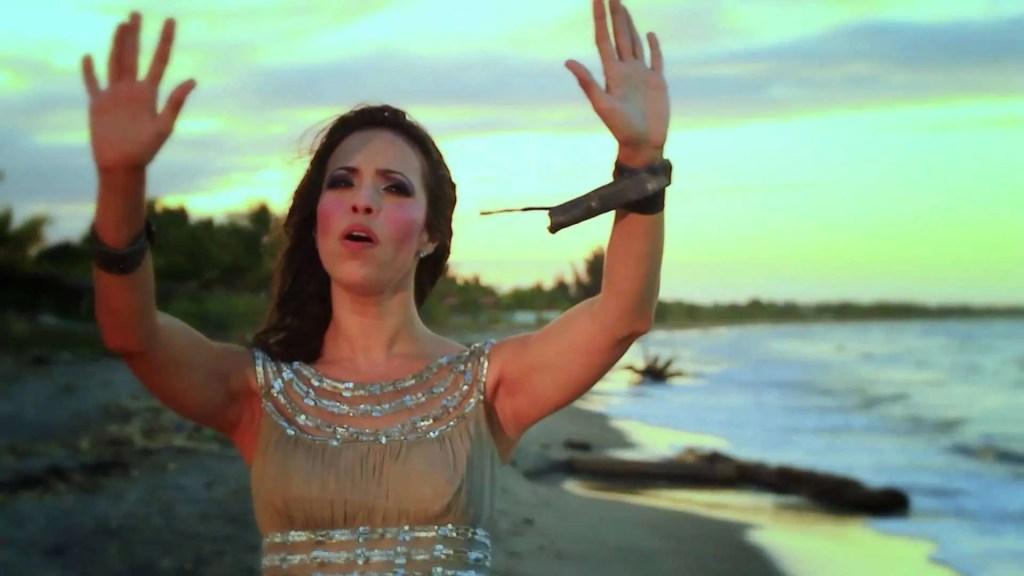 En este momento estás viendo Jennifer Salinas – Eres Santo #musicacristiana