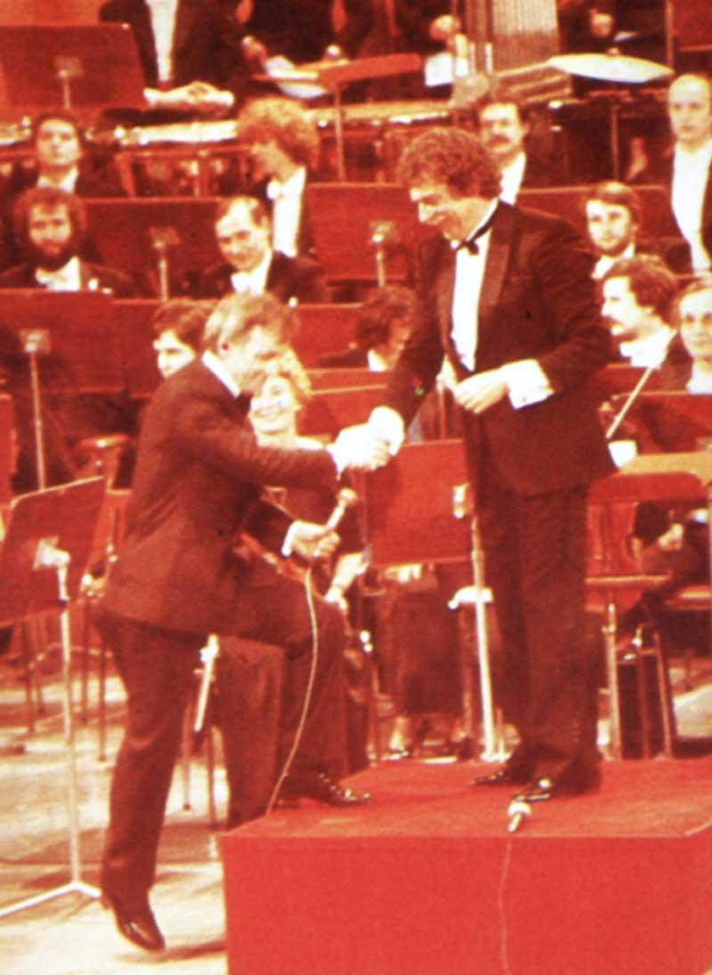 Charles Aznavour et Jean Claudric sur la scène du Théâtre du Châtelet.  D.R.