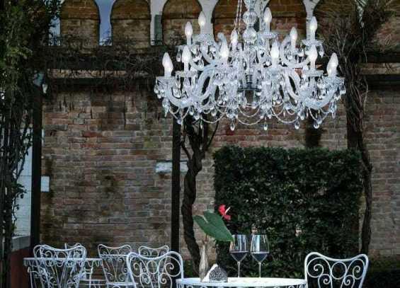 illuminazione dehor pergolato classico elegante lampadario di murano