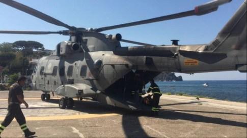 Elicottero della Marina atterrato sull'isola