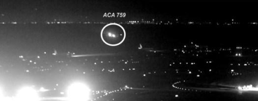 Il volo 758 ripreso mentre sfiora gli altri aerei in attesa ripreso da una telecamera
