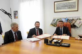 Il sindaco Ignazio Marino ed il presidente dell'autorità anticorruzione Raffaele Cantone firmano le linee guida sugli appalti pubblici