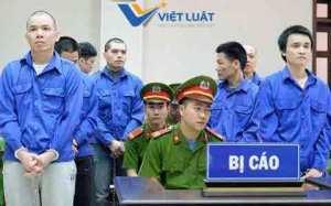 Bị cáo Nguyễn Văn Tình (ngoài cùng bên trái) tại phiên phúc thẩm ngày 11/4.
