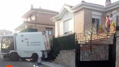 Photo of Una barredora se empotra contra un chalet en Benavente