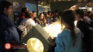 Alumnos observando el calamar gigante