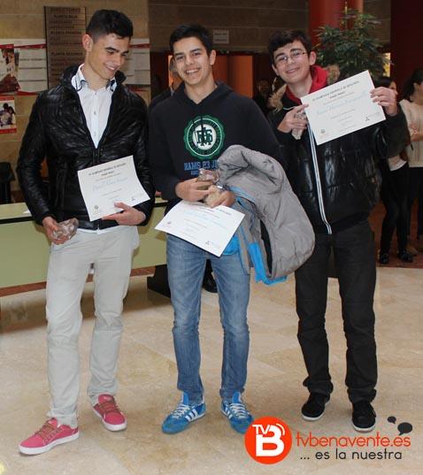 Los alumnos de la Vega (Daniel, Íker y Javier) recogiendo el 1º Premio