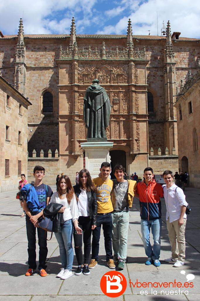 Alumnos delante del edifico de la Universidad de Salamanca