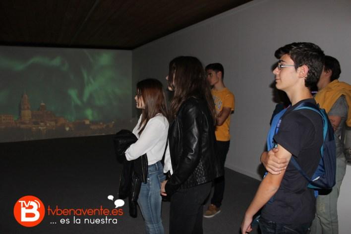 Alumnos en la exposición de auroras boreales