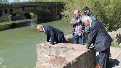 Photo of El subdelegado del Gobierno visita el antiguo puente sobre el río Esla que ayer sufrió el derrumbe