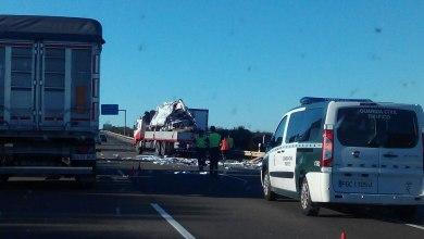 Photo of GALERÍA: Un camión colisiona contra una furgoneta en la A6