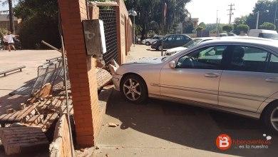 Photo of Confunde los pedales y se empotra contra el Centro de Salud de La Bañeza