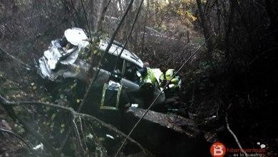 Photo of Dos heridos al caer un turismo por un barranco en la A-52 en Requejo