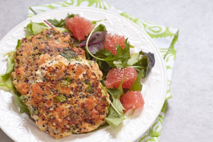 Hambúrguer fit de salmão da chef Malu Lobo