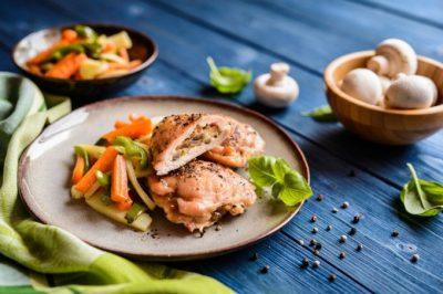 Peito de frango recheado com legumes e assado por Lais Murta