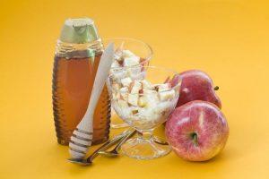 Iogurte natural com maçã cozida no mel por Paula Mello