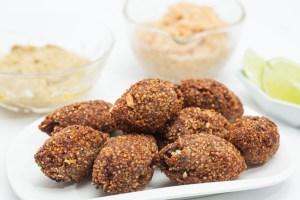 Quibe de quinoa com molho de hortelã e castanhas