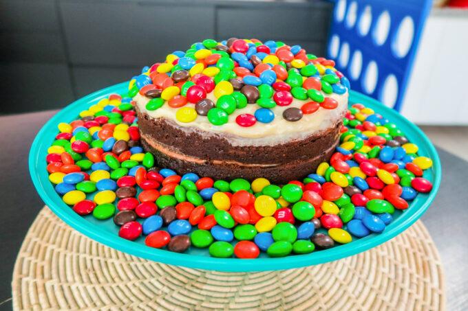 Saboreie esta deliciosa torta de chocolate com brigadeiro!