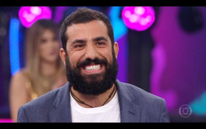 Fã de Kaysar faz surpresa inacreditável para ele, é detonada e ator comemora: 'Melhor dia no mundo'