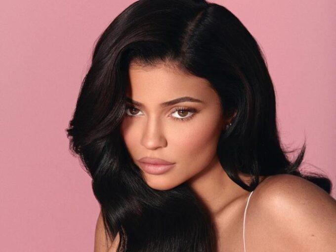 Kylie Jenner cai de navio e vídeo do momento viraliza na web