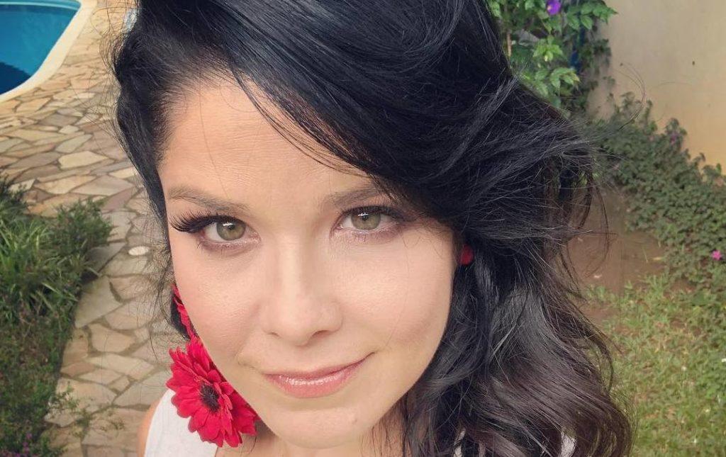 Samara Felippo causa e aparece completamente nua abraçada com outra atriz em foto