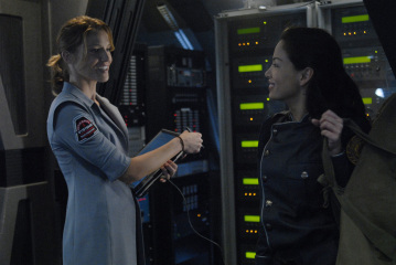 "BATTLESTAR GALACTICA -  Tricia Helfer as Gina and Stephanie Jacobsen as Kendra Shaw in ""Razor"""