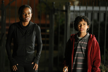 "HEROES - Dana Davis as Monica Dawson and Noah Gray-Cabey as Micah Sanders in ""Truth and Consequences"""