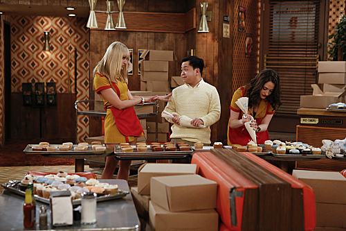 2 Broke Girls Season 2 Episode 14 And Too Little Sleep (1)