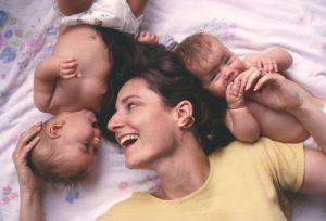 mor-der-putter-med-tvillinger-i-sengen