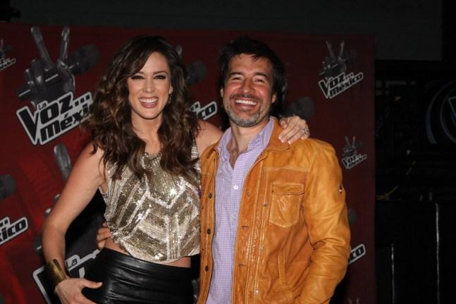 Jacqueline Bracamontes, conductora de la emisión, junto con Miguel Ángel Fox, productor de La voz…México