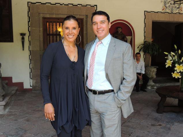 Elisa Salinas junto con Alberto Santini, director de telenovelas y de Azteca 13