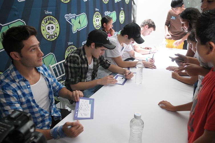 El elenco de la serie Peter Punk, durante la firma de autógrafos