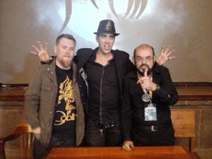 El ilustrador, Gary Pullin, acompañado de los directores Rodrigo Gudiño y José Mojica Marins en el FERATUM FILM FEST