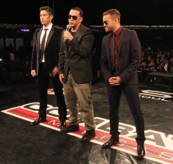 Daddy Yankee (centro) se unió a otros artistas de gran éxito como Chino (izquierda) y Nacho (derecha) como invitados en la premiada serie de televisión de realidad Combate Américas.