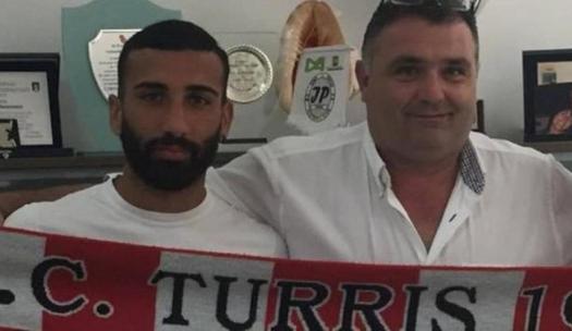 Resultado de imagen para Sancionan a futbolista italiano cinco partidos por orinar hacia afición rival