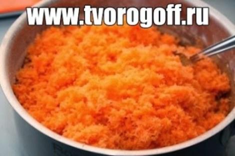 Салат из моркови и творога. Солим и заправляем сметаной.