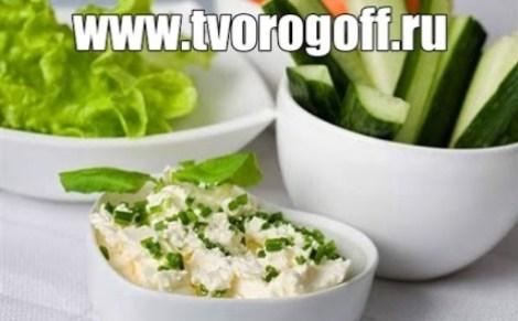 Салат из творога, яиц, вареного картофеля. Заправляем кефиром.