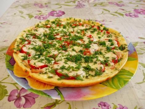 Пицца сметана, мука, сковорода, жарим с овощной начинкой, сосиски.