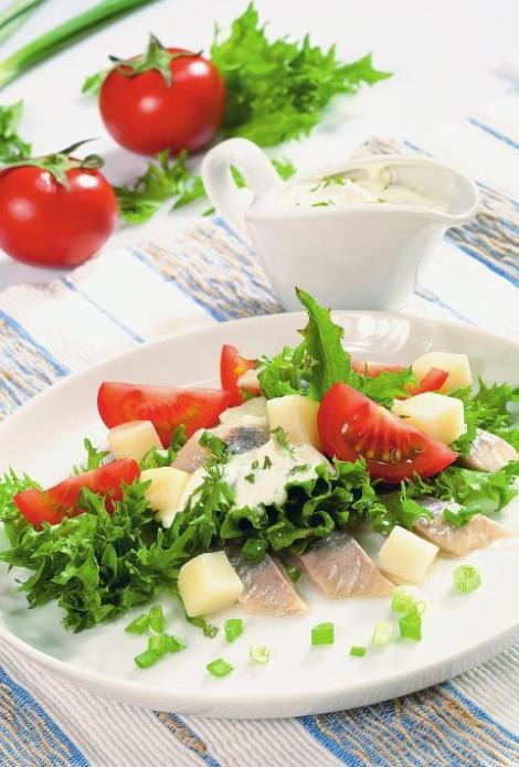 Салат с сельдью и грибами, помидоры и лук. С молочным соусом.