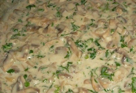 Грибы в сметанном соусе с чесноком. Вкуснейшая подливка к пюре.