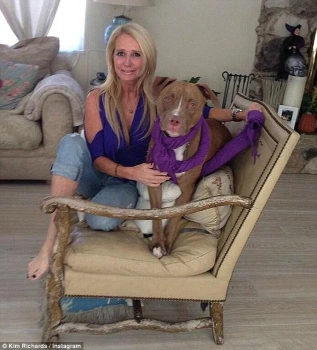 Kim Richards de la série Real Housewives of Beverly Hills et son pitbull, Kingsley