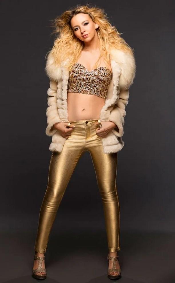 Natasha Bennett dans la peau de Britney Spears
