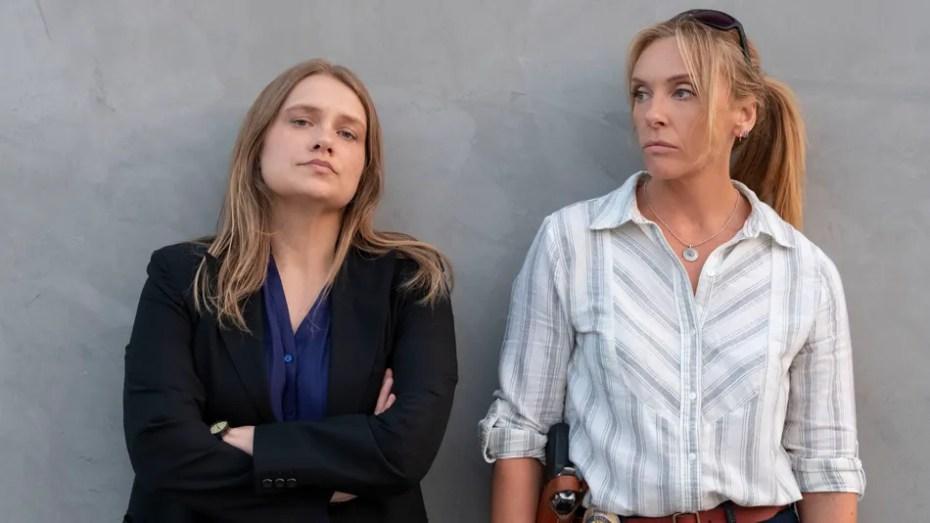 Toni Collette et Merritt Wever sont les détectives Grace Rasmussen et Karen Duval