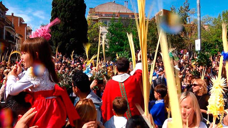 Milers de santcugatencs mantenen viva la tradició de beneïr la palma i els palmons per Diumenge de Rams