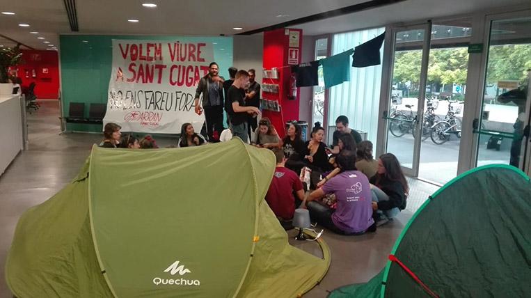 Joves d'Arran ocupen l'ajuntament reclamant el dret a l'habitatge