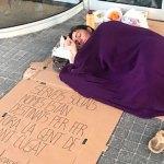 La veïna Yolanda Rodríguez torna a viure al carrer des del juliol per reclamar un habitatge digne