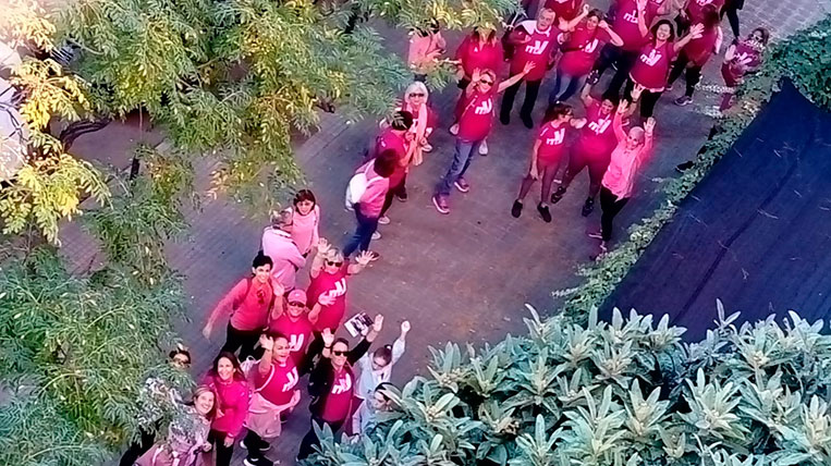 Més de 200 persones caminen pel Càncer de Mama a la marxa de l'AECC